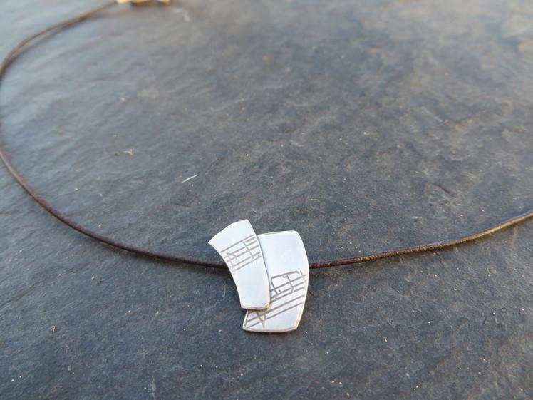 joia d'autor | penjoll de plata | gravat làser | conjunt LALI